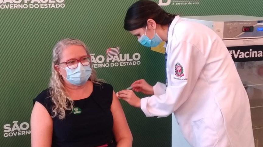 Profissional da saúde é vacinada contra Covid-19 no HC