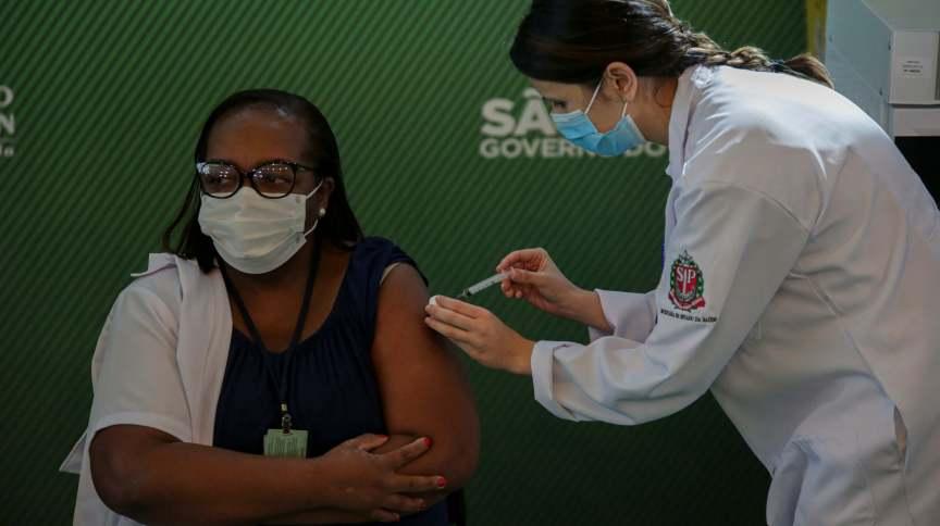A primeira brasileira a ser vacinada foi Mônica Calazans