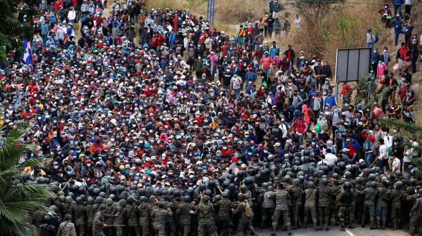 Hondurenhos membros de uma caravana de imigrantes em direção aos Estados Unidos enfrentam soldados guatemaltecos, que tentam impedi-los de atravessar o território da Guatemala.