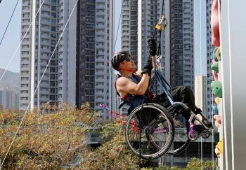 Paraplégico desde um acidente de carro em 2011, Lai Chi-wai escalou 250 metros de um edifício em Hong Kong