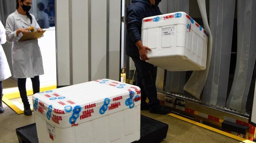 Caminhões são carregados com a vacina Coronavac, produzida pelo Instituto Butantan