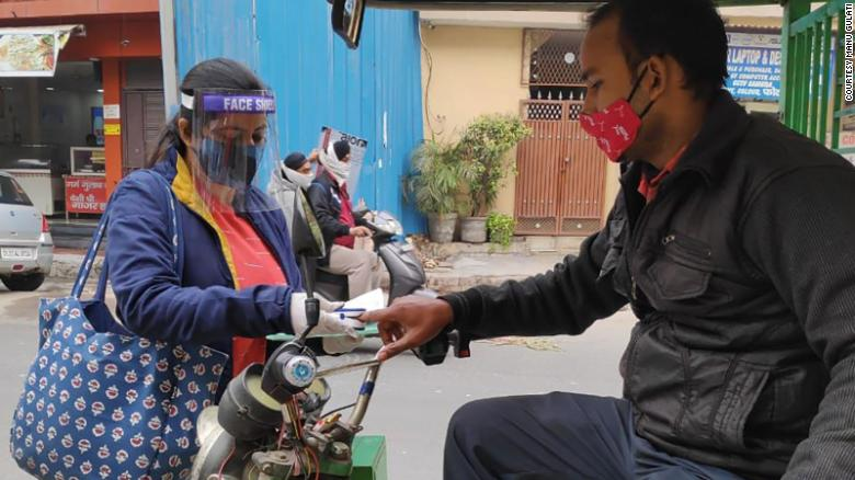 Com o avanço da pandemia, professores de Nova Delhi receberam tarefas como medir temperatura e verificar sintomas