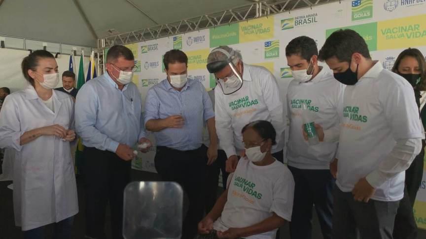 Primeira pessoa é vacinada contra Covid-19 no estado de Goiás