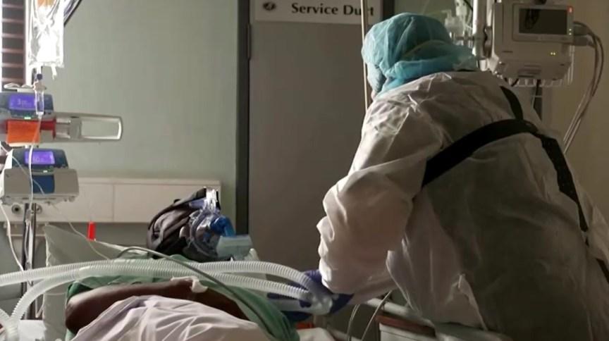 Enfermeira sul-africana cuida de paciente internado após contrair a variante do coronavírus