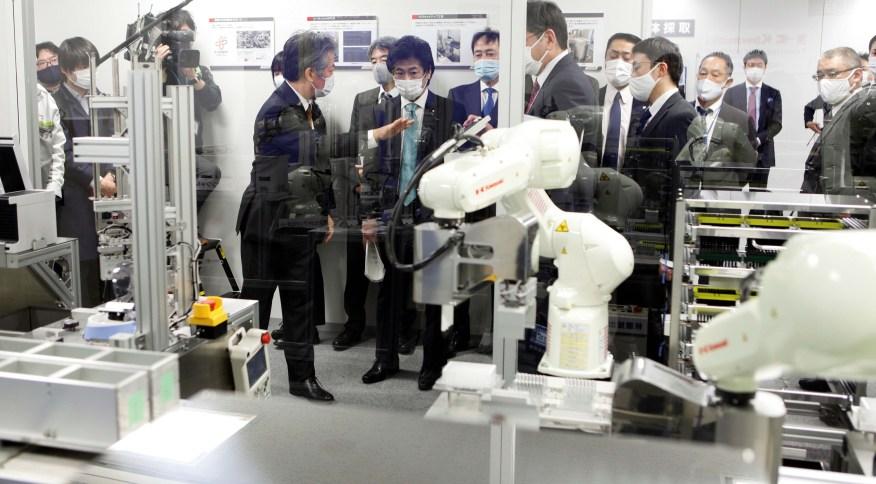 Ministro da Saúde do Japão, Norihisa Tamura, visita centro de robótica da Kawasaki Heavy Industries, em Tóquio em 19/01/2021