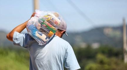 <strong>Moradores de Itapevi (SP) recebem cestas básicas entregues pela prefeitura</strong>