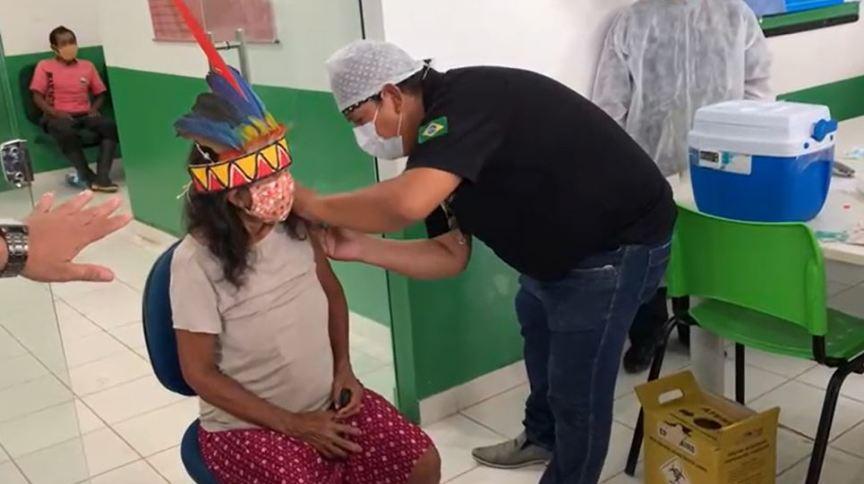 Isabel Bruno Cesario, a primeira indigena vacinada em Tabatinga, no Amazonas