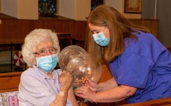 Marion Dawson, que viveu duas guerras mundiais e a pandemia de gripe espanhola de 1918, recebeu a primeira dose da vacina contra Covid-19