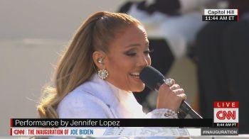 """Cantora soltou a voz com a música """"This Land is my Land"""" durante a cerimônia, em Washington"""