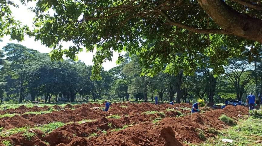 Funcionários abrem covas no cemitério de Vila Formosa, em São Paulo