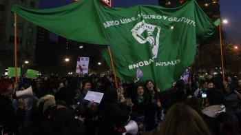 Iniciativa, que visa modificar o Código Penal para não punir quem realizar a interrupção da gravidez, foi aprovada por 75 votos a favor, 68 contra e duas abstenções