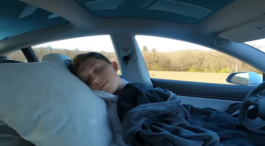 Motorista dorme em carro da Tesla com piloto automático ligado