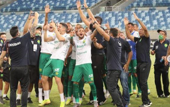 Jogadores do Cuiabá comemoram o acesso para a Série A