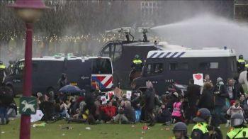 A polícia holandesa usou jatos d'água para dispersar manifestantes contrários ao toque de recolher, nova medida para conter o avanço da Covid-19
