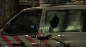 Em Amsterdã, grupos de jovens contra as restrições por causa do coronavírus lançaram fogos de artifício, quebraram vitrines e atacaram um carro da polícia
