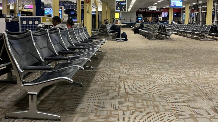 Sheryl Pardo encontrou cadeiras vazias e poucas pessoas no aeroporto