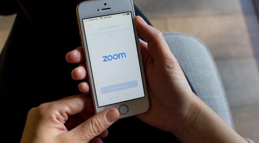 Com a popularidade do aplicativo de vídeoconferências Zoom crescendo devido ao uso durante a pandemia do novo coronavírus, FBI alerta para um novo problema de privacidade e segurança em potencial: o 'zoombombing' (02.abr.2020).