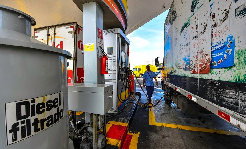Caminhão abastece com diesel em posto em São José dos Campos (SP)