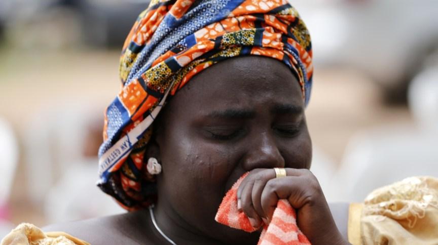 Rebecca Samuel, mãe de uma das meninas capturadas pelo Boko Haram em Chibok, chora