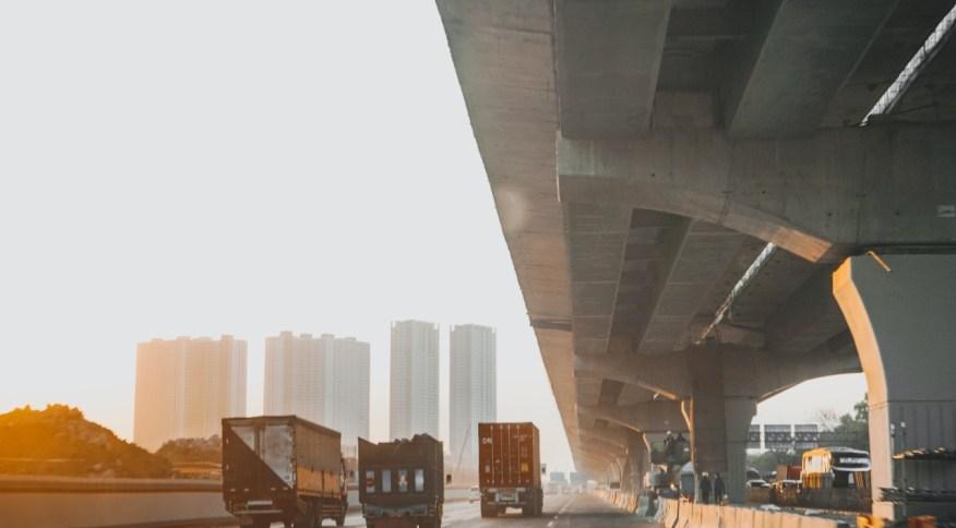 Caminhões na rodovia: Medida de Bolsonaro visa apoiar principalmente os caminhoneiros