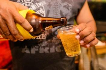 Troca da garrafa grande por long neck ou latinha pegou a indústria de surpresa e chegou a causar faltas pontuais da bebida nos supermercados
