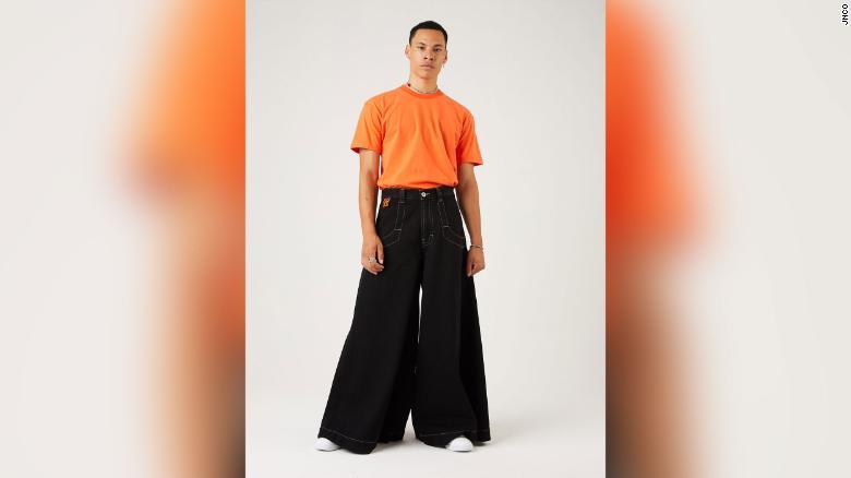 JNCO: Levi's não é o único que vê jeans largos decolar. A JNCO, com sede em Los Angeles, conhecida por seus estilos de perna larga na década de 1990, relançou seus jeans em 2019