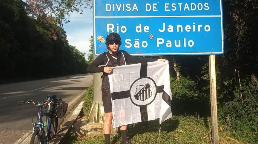 O torcedor do Santos Hector Basile, em seu percurso de cerca de 580 Km
