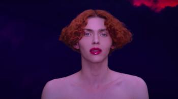 Escocesa, que trabalhou com artistas como Madonna e Charli XCX, escorregou e caiu após escalar para assistir a lua cheia em Atenas, onde vivia