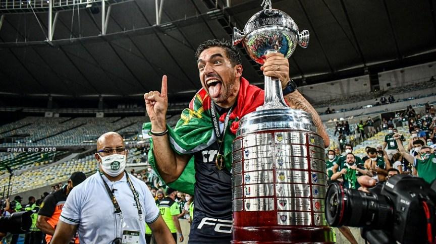 Mesmo sendo um dos clubes mais vitoriosos da temporada, o Palmeiras trocou de técnico duas vezes. Auxiliar do português Abel Ferreira (na foto) vê melhores condições de trabalho no horizonte.