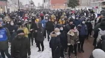Rússia tem domingo marcado por protestos pedindo que Alexei Navalny, opositor do governo de Vladimir Putin, seja solto