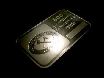 Em negociações mais recentes, os futuros da prata subiram quase 11% e as ações da mineradora de metais preciosos Coeur Mining subiram 20% no pré-mercado