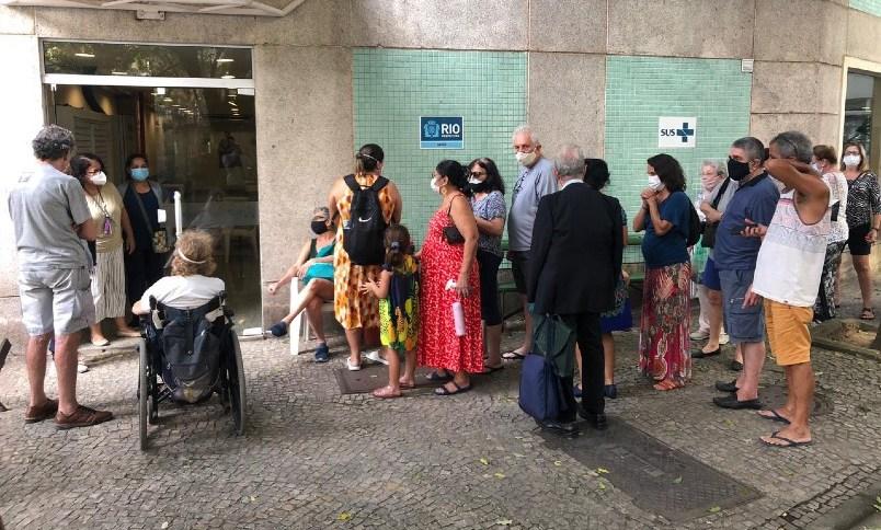 Pessoas fazem fila atrás de 'sobras' de vacina, no Rio de Janeiro