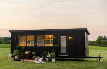 Conheça um projeto de casas minúsculas de 17 metros quadrados e que levam cerca de 60 dias para serem instaladas e acopladas a um veículo