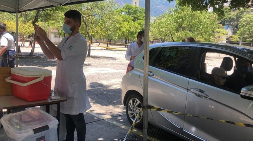 Vacinação no sistema drive-thru para idosos no Rio de Janeiro