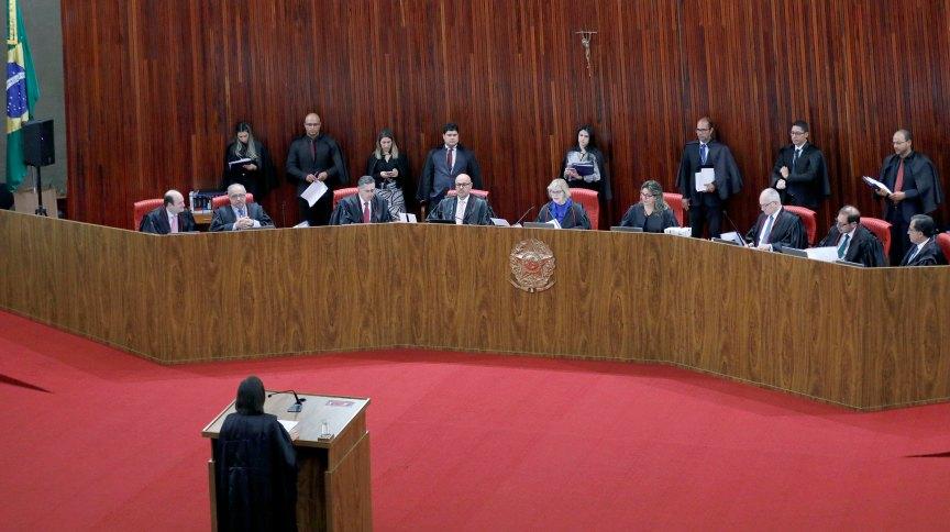 Ministros reunidos no Plenário do Tribunal Superior Eleitoral
