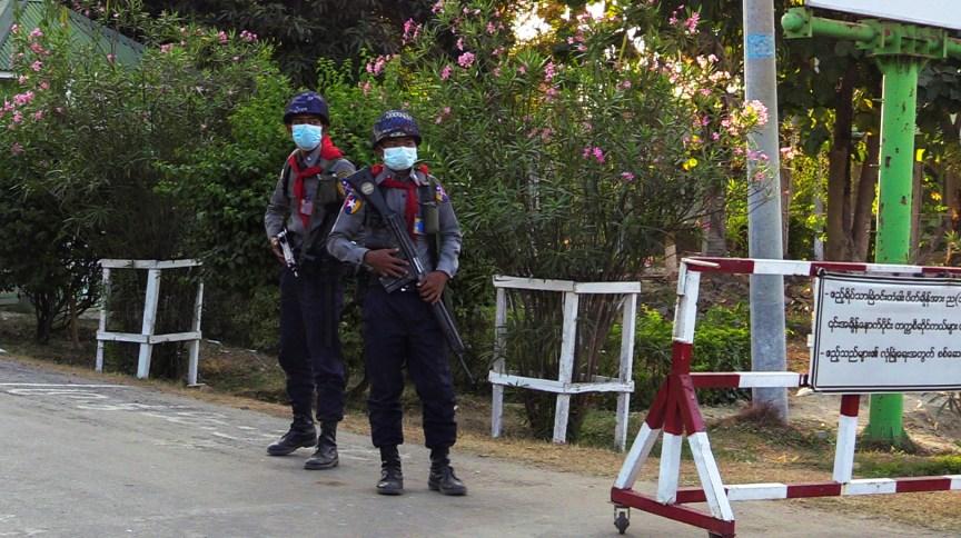 Soldados em posto de controle perto do complexo do Parlamento de Mianmar em Naypyidaw