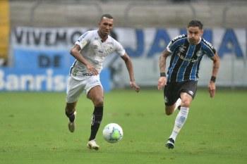 O Santos se manteve na oitava colocação, mas agora com 53 pontos, a três pontos do Grêmio, último time com vaga na principal competição da América Latina