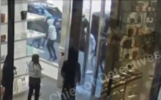 Quatro homens entraram na loja e roubaram 32 bolsas e 12 carteiras da marca