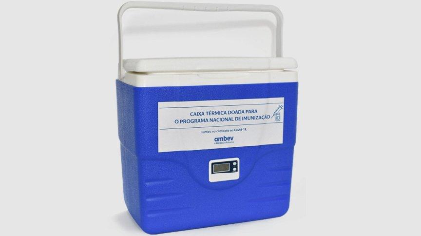 As caixas foram adaptadas com um termômetro para controle da temperatura das vacinas