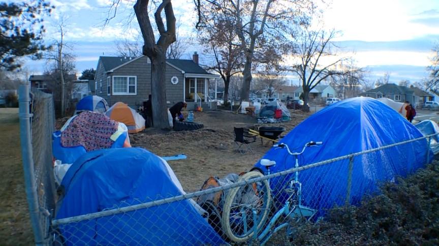 Cerca de 15 moradores de rua vivem em barracas no quintal de uma casa em Utah, nos EUA