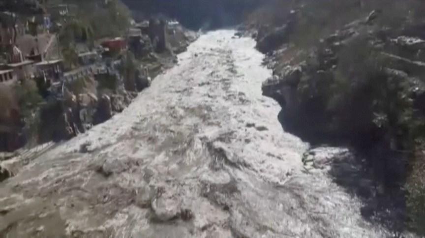 Inundação provocada pelo deslizamento de uma geleira no Himalaia, no Norte da Índia