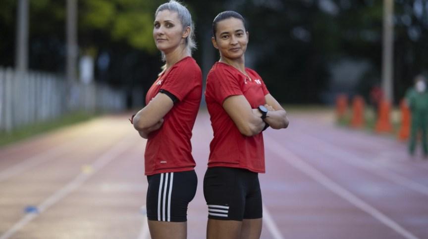 A assistente Neuza Back (E) e a árbitra Edina Alves se tornaram as primeiras mulheres a comandar partida oficial masculina em torneio da Fifa