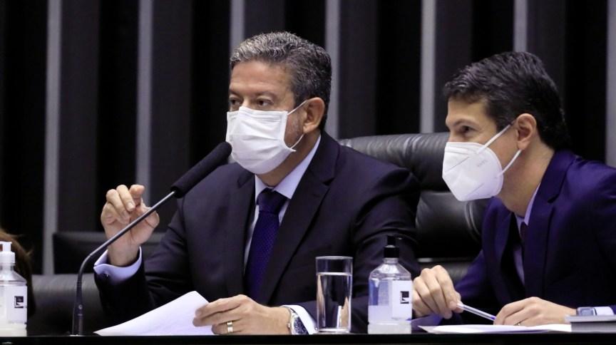 Arthur Lira (E) comanda sessão na Câmara dos Deputados