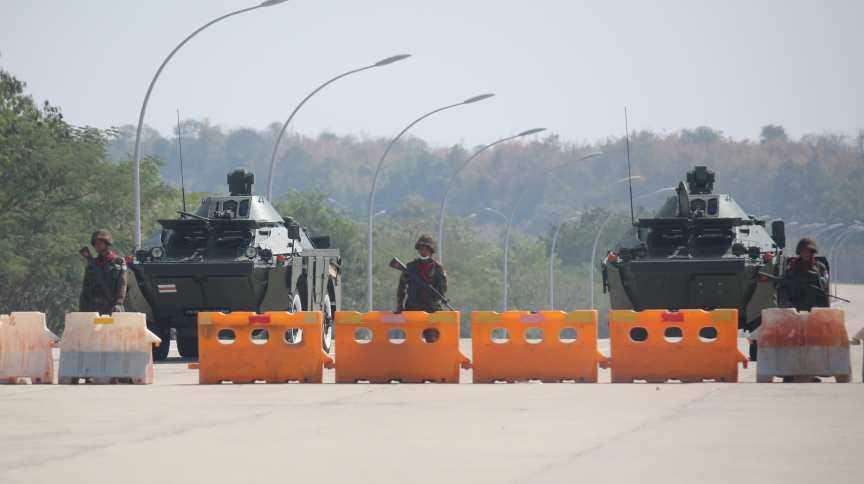 Posto de controle montado por militares no caminho para o complexo do Congresso de Mianmar em Naypyitaw, depois de golpe militar que derrubou a líder eleita do país, Aung San Suu Kyi
