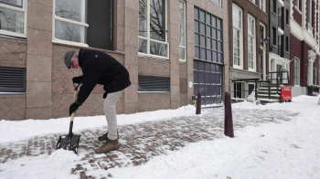 Instituto meteorológico do país declarou raro 'Código Vermelho' por conta de uma forte nevasca; circulação de trens e jogos de futebol também foram suspensos