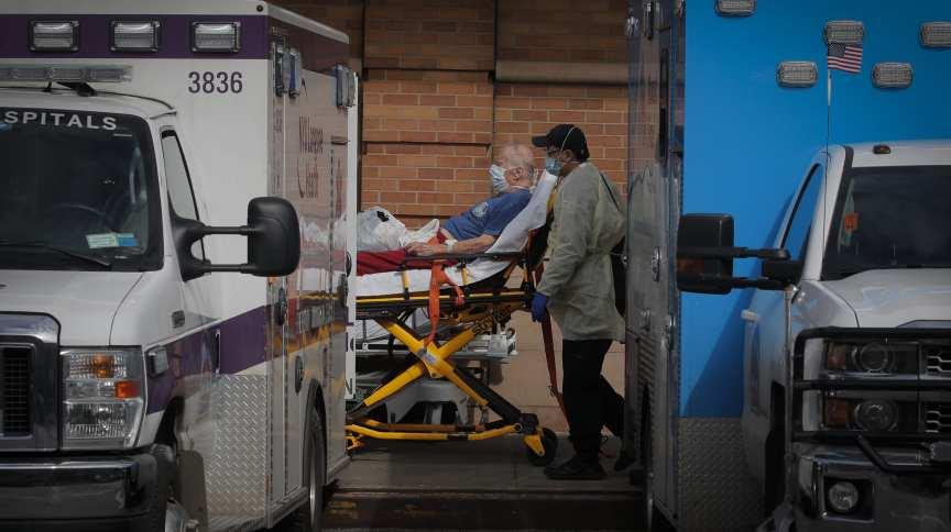 Paramédicos levam paciente ao centro de emergência durante surto de Covid-19 no Brooklyn, em Nova York.