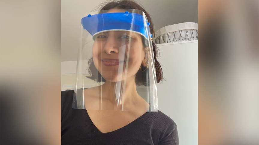 Madiha Choksi usa um dos protetores faciais impressos em 3D