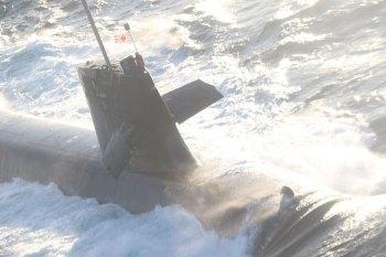 Acidente danificou o moderno submarino japonês Soryu e feriu tripulantes. Mídia japonesa informa que o navio comercial tinha bandeira de Hong Kong