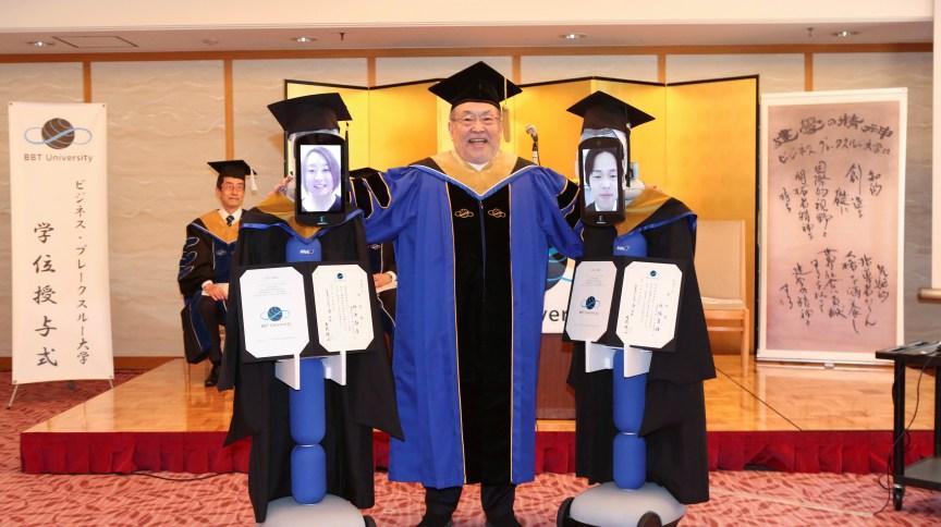 Robôs substituem estudantes japonesas em cerimônia de formatura afetada pelo coronavírus