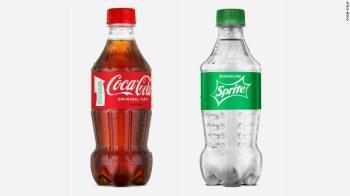 A nova garrafa reciclável de 400 ml que alguns clientes verão nas prateleiras dos Estados Unidos esta semana é feita inteiramente de outros plásticos